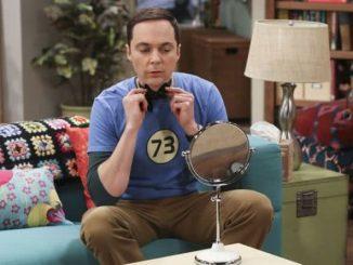 Sheldon csokornyakkendőben az interjú előtt