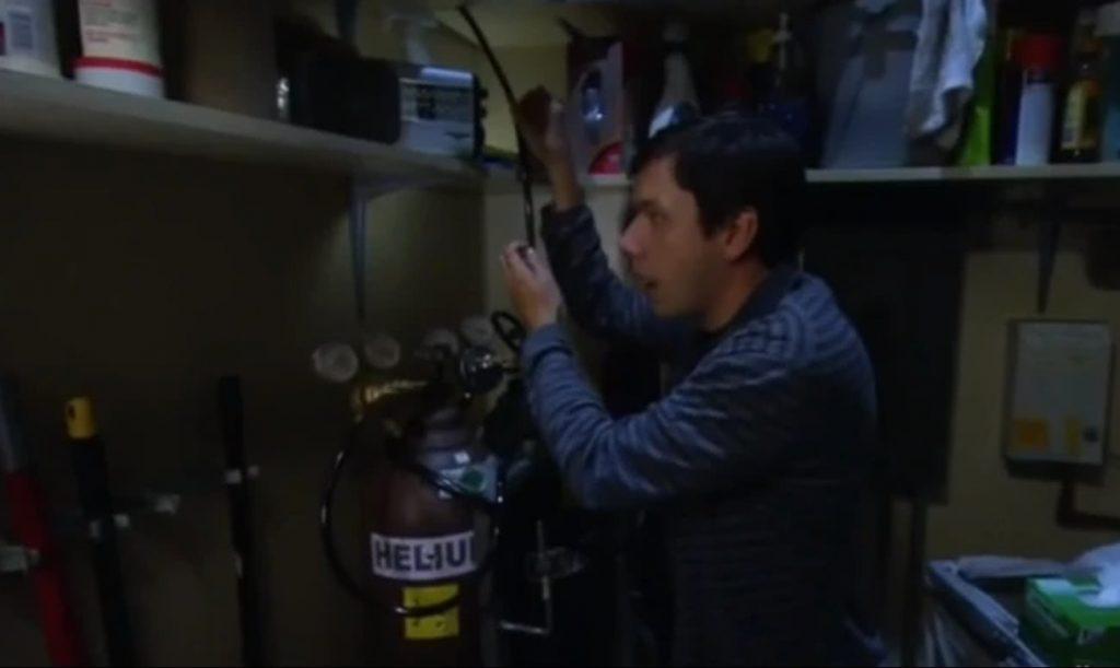 Barry Kripke héliumot enged a szobába
