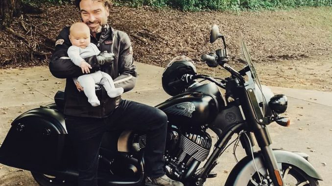 Johnny Galecki motoron babával