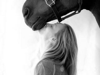 Kaley Cuoco és a lova