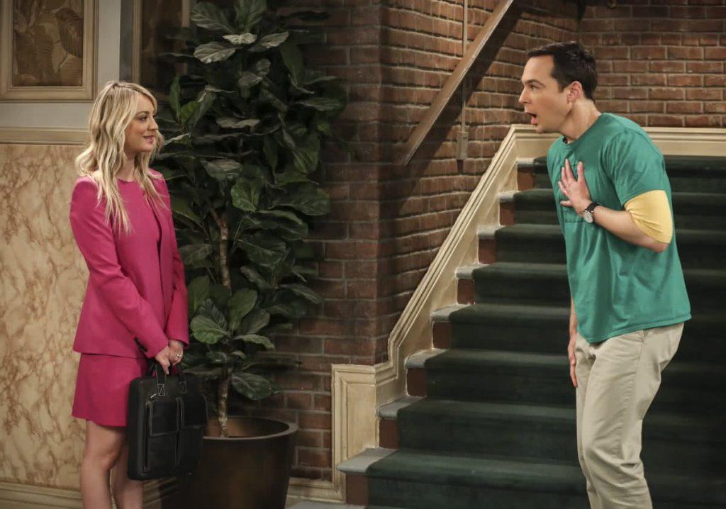 Penny a földszinten várja a lift előtt Sheldont