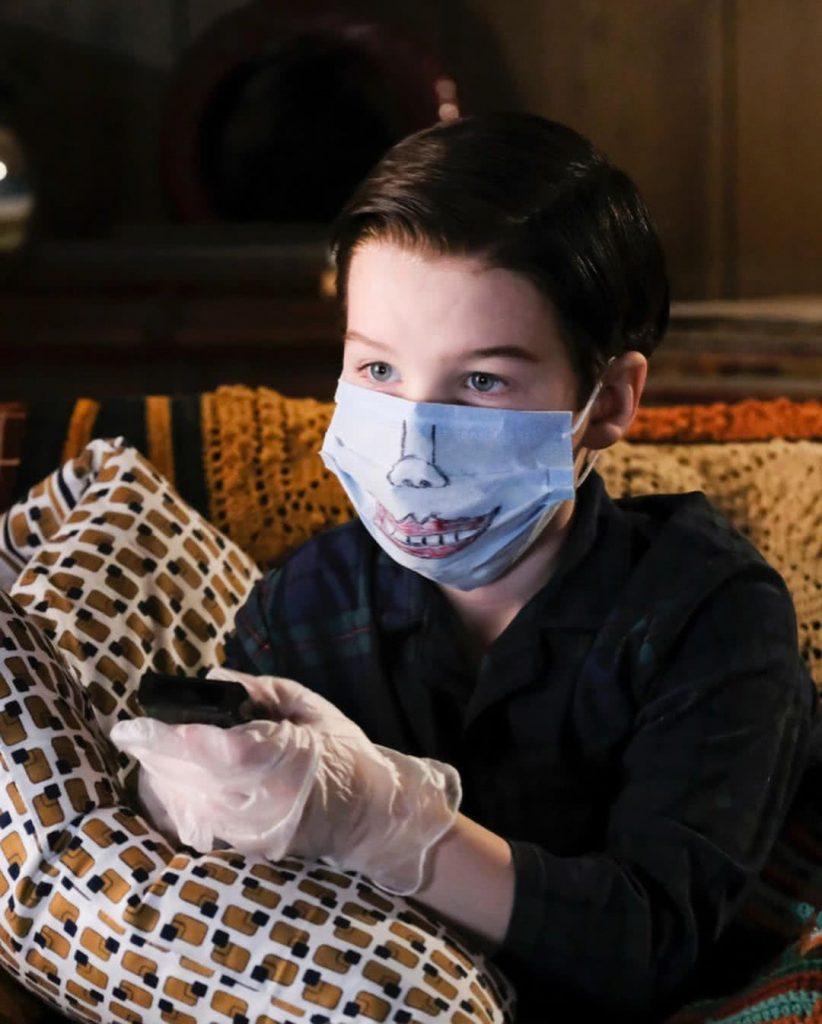 Sheldon Cooper karanténban, szájmaszkban