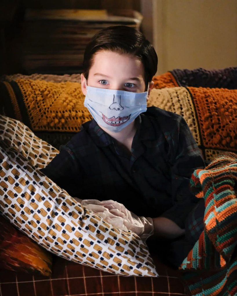 Sheldon Cooper karanténban, szájmaszkban TV-t néz