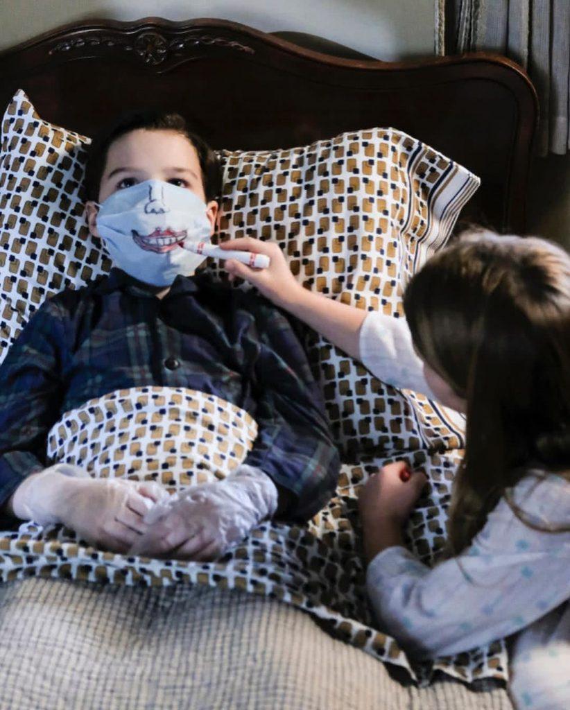 Missy arcot fest Sheldon szájmaszkjára a karanténban