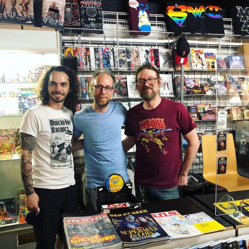 Kevin Sussman a képregényboltban, volt munkatársaival