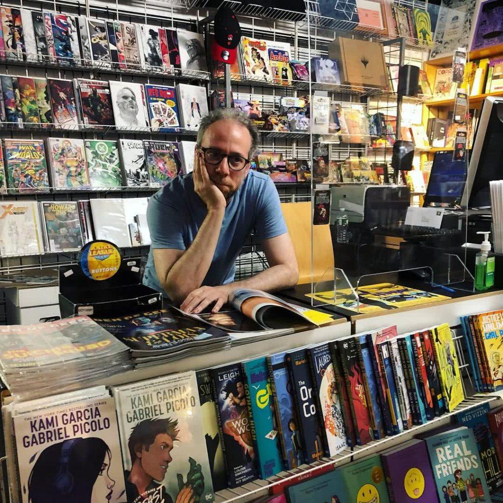 Kevin Sussman a képregényboltban.