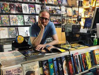 Kevin Sussman képregényboltban